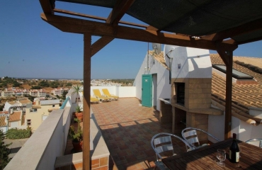 Apartment with loft and roof terrace in the center of Ferragudo